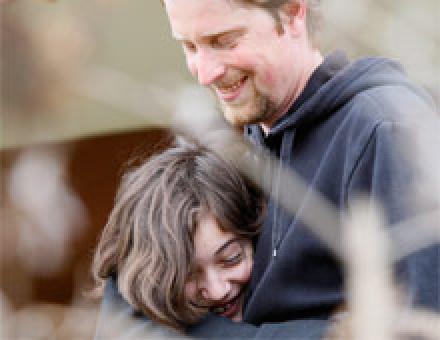 Ein Kind umarmt liebevoll Ihren Betreuer