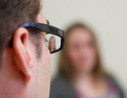 Ein Psychologe spricht mit einer Klientin