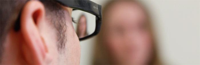 Header Bild: Ein Psychologe spricht mit einer Klientin