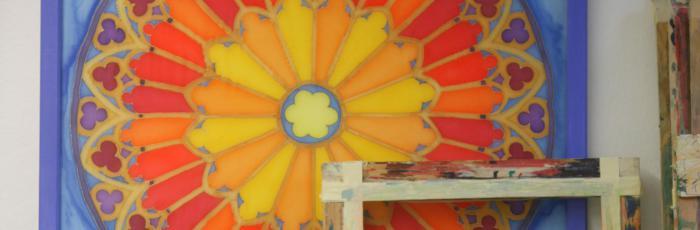 Header Bild: Ein Schön gestaltetes Kirchenfenster